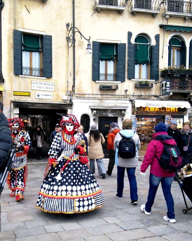 Volto (oblicze) - maska zazwyczaj biała z konturem dookoła oczu. Nosili ją zwykli cittadini (obywatele)